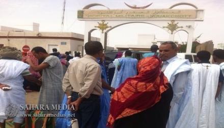 أهالي ولد الهيبة أمام بوابة المستشفى العسكري